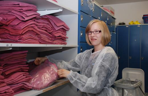 Schülerin Sarah Strätz beim Sortieren der Wäsche.