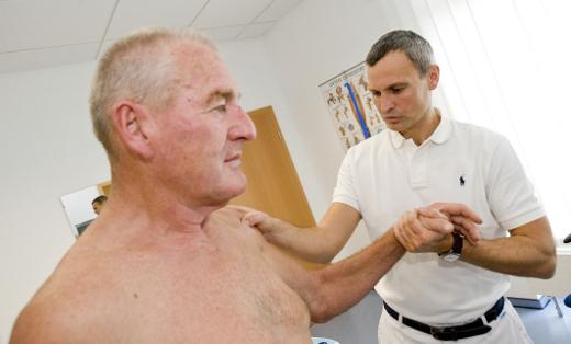 Oberarzt Dr. Böhm bei einer Untersuchung an der Schulter