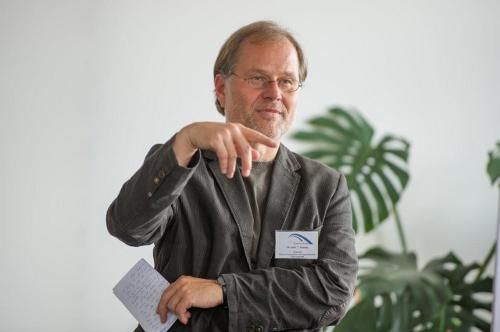 Oberarzt Dr. Vieweg stellt die Entwicklung des DBT-Projektes in Weimar vor.