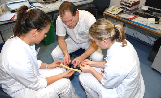 Aktives Lernen: PJ-Studenten erhalten praktische Hilfestellungen von Facharzt Martin Rindert.